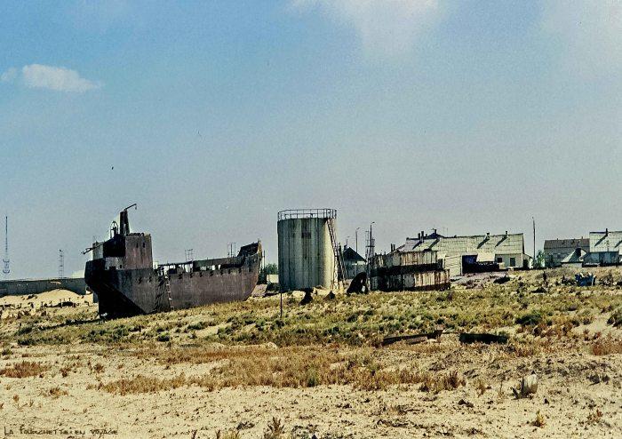 Cargo abandonné sur le sable  du  désert en Mer d'Aral 1